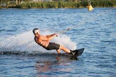 Ryttaren som wakeboarding i kabelvaken, parkerar Merkur Royaltyfri Foto