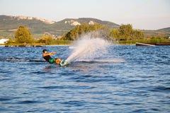 Ryttaren som wakeboarding i kabelvaken, parkerar Merkur Arkivbild