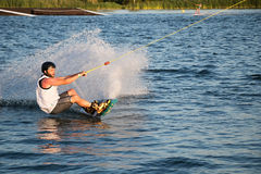 Ryttaren som wakeboarding i kabelvaken, parkerar Merkur Royaltyfri Bild