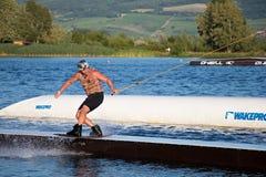 Ryttaren som wakeboarding i kabelvaken, parkerar Merkur Arkivfoton