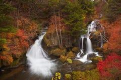 Ryuzu cai perto de Nikko, Japão no outono fotos de stock