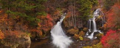 Ryuzu faller nära Nikko, Japan i höst arkivfoton