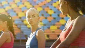 Rywalizujące sportsmenki patrzeje buntowniczo przy each inny, wyzwanie dla mistrza tytułu obrazy stock