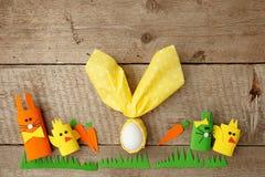 Rząd śmieszni Easter króliki i Easter jajko w nupkin na różowym tle, wiosny pojęcie, kopii przestrzeń zdjęcia royalty free