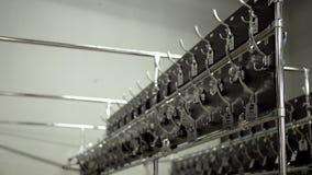 Rzędy liczący wieszaki w przebieralni Nowi metali haczyków wieszaki w przebieralni dla outerwear z liczbami publicznie zdjęcie wideo