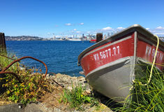 Rząd łódź z Seattle linią horyzontu zdjęcie stock