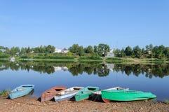 Rząd łodzie na riverbank Zdjęcia Stock