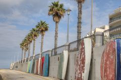 Rząd łodzie przeciw schronienie ścianie Zdjęcie Stock