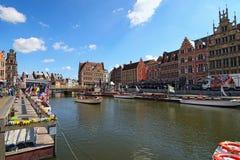 Rząd średniowieczni budynki wzdłuż turystycznych łodzi unosi się na Lys Rzecznym holenderze: Leie Obrazy Royalty Free