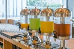 Rząd świeży sok przy bufet restauracją, soku bufeta jaźni servi zdjęcia royalty free