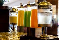 Rząd świeży sok przy bufet restauracją w ranku obraz royalty free