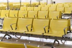 rząd żółty krzesło przy czekanie terenem w wyjściowym holu, Nowożytny Obraz Stock