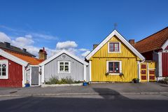 Rząd antyczni kolorowi drewniani domy w mieście Zdjęcia Royalty Free