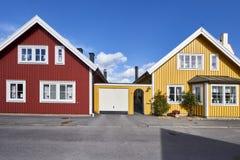 Rząd antyczni kolorowi drewniani domy w mieście Zdjęcie Stock