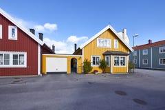 Rząd antyczni kolorowi drewniani domy w mieście Zdjęcie Royalty Free