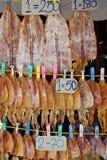 Rząd Apetyczne Suche kałamarnicy dla sprzedaży na ulicie Obrazy Stock