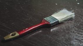 Rząd artystów paintbrushes zbliżenie na starym drewnianym wieśniaka stole Zdjęcia Royalty Free