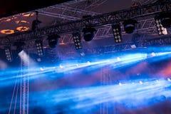 Rząd błękitni światła projektory i dym nad scena Zdjęcia Stock