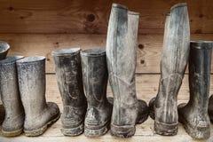 Rząd błotniści buty fotografia stock