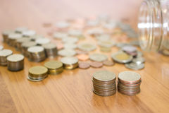 Rząd 5 bahta menniczego i Tajlandzkiego bahta moneta z szklanego słoju Zdjęcie Stock