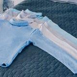 Rząd barwiący pulowery kłama na łóżku zdjęcia royalty free