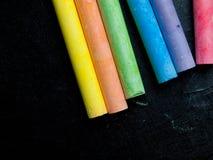 Rząd barwiona kreda zdjęcia stock