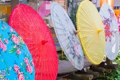 Rząd barwioni Chińscy parasole Obrazy Stock