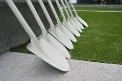 Rząd białe i czyste łopaty używać dla ceremonii Fotografia Stock
