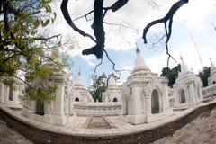 Rząd białe pagody w Maha Lokamarazein Kuthodaw pagodzie w Mój Obraz Royalty Free