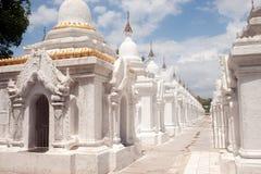 Rząd białe pagody w Maha Lokamarazein Kuthodaw pagodzie w Mój Zdjęcia Royalty Free
