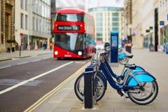 Rząd bicykle dla czynszu na ulicie Londyn obraz royalty free