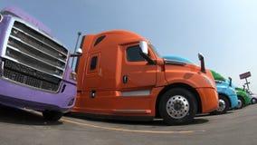 Rząd ciężarówki przy przedstawicielstwem handlowym zdjęcie wideo