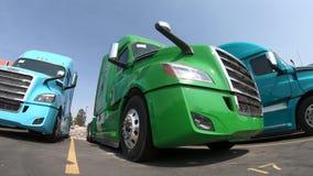 Rząd ciężarówki przy przedstawicielstwem handlowym zbiory wideo