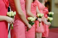 Rząd drużki z bukietami przy ślubem Zdjęcia Royalty Free