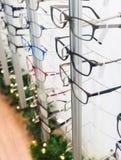 Rząd eyeglass przy okulisty sklepem fotografia stock