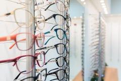 Rząd eyeglass przy okulisty sklepem obraz stock