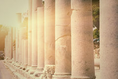 Rząd filary backlit w miasteczko stronie (Turcja), Obrazy Stock