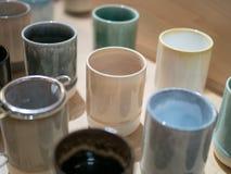 Rząd Japońskie porcelan filiżanki na pokazie zdjęcia stock