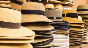 Rząd kapelusze na półkach Zdjęcia Royalty Free