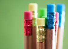 Rząd kolorów ołówki na zielonym tle sztuka Zdjęcia Royalty Free