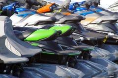 Rząd kolorowe dżetowe narty dla czynszowego i parkować w marina zdjęcie stock