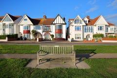 Rząd kolorowi domy, lokalizować na Morskiej paradzie z drewnianą ławką, w przedpolu, Leigh na morzu obraz stock