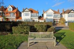 Rząd kolorowi domy, lokalizować na Morskiej paradzie z drewnianą ławką, w przedpolu, Leigh na morzu obraz royalty free