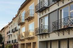 Rząd luksusów domy z balkonami przeciw błękitowi Obraz Royalty Free