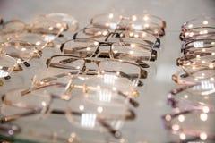 Rząd luksusowy eyeglass przy okulisty sklepem eyeglasses przy okulistą Sideview modni okulistyczni eyeglasses, wiesza zdjęcia stock