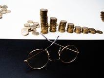 Rząd monety, szkła na stołu, finanse i bankowość pojęciu, zdjęcia royalty free