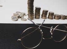 Rząd monety, szkła na stołu, finanse i bankowość pojęciu, matte obraz royalty free