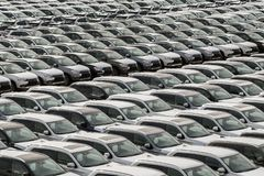 Rząd nowi samochody dla sprzedaży w porcie zdjęcia royalty free