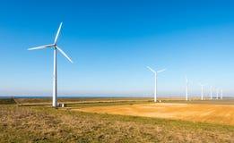 Rząd nowożytni silnik wiatrowy w wiejskim krajobrazie Zdjęcia Stock