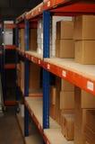 Rząd półki z pudełkami dalej Zdjęcie Royalty Free
